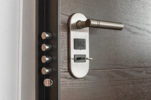 A door lock that burglar-proofs a home